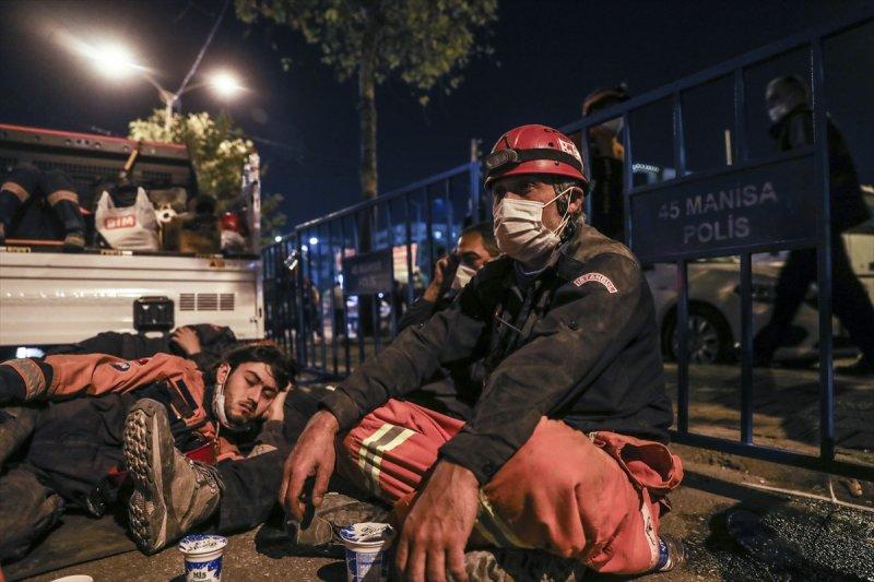 Dönüşümlü olarak çalışan ekipler, arama kurtarma faaliyetlerinin sürdüğü alanda dinlenmeye çalışıyor.