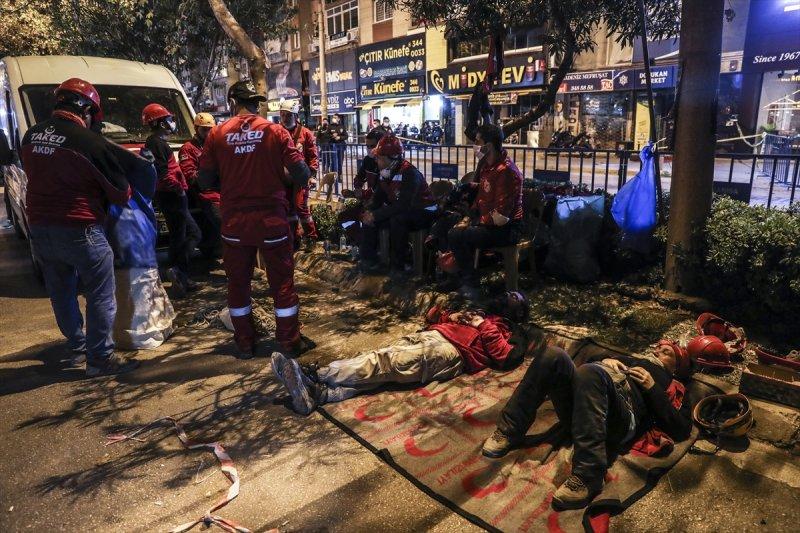 Ülkenin farklı bölgelerinden İzmir'deki enkazlarda arama kurma faaliyetlerine katılan ekipler, günlerdir tek bir umut sesiyle ayakta duruyor.