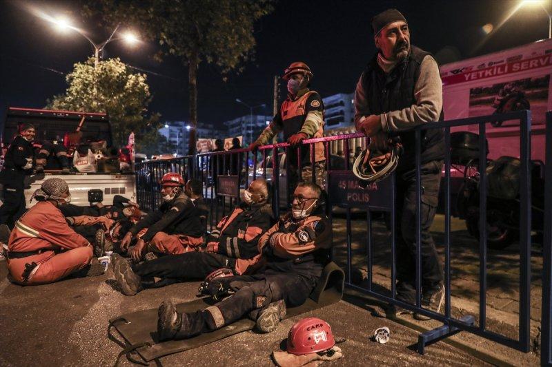 Uzun saatler boyunca enkazda arama kurtarma faaliyeti gösteren ekip personellerinin kısa mola zamanlarındaki yaşadıkları yorgunluk yüzlerinden okunuyor.